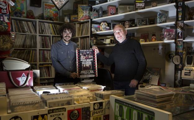 Marcos y Juancar García, dos generaciones de 'bloodymarys', posan en el local de Cipriano Larrañaga donde siempre ha estado la tienda. / F. DE LA HERA
