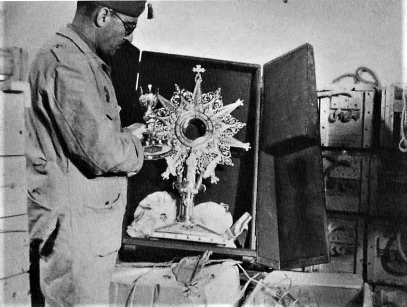 Un agente del Sdpan franquista en un depósito de Figueras en 1939.