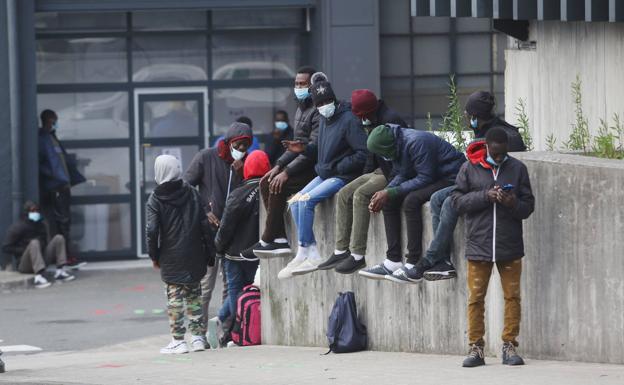 Más de 100 migrantes llegan de golpe a Irun y desbordan los centros de acogida
