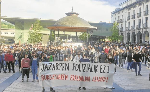 Un momento de la concentración llevada a cabo este domingo por la tarde en la plaza azpeitiarra para protestar contra la actuación policial.