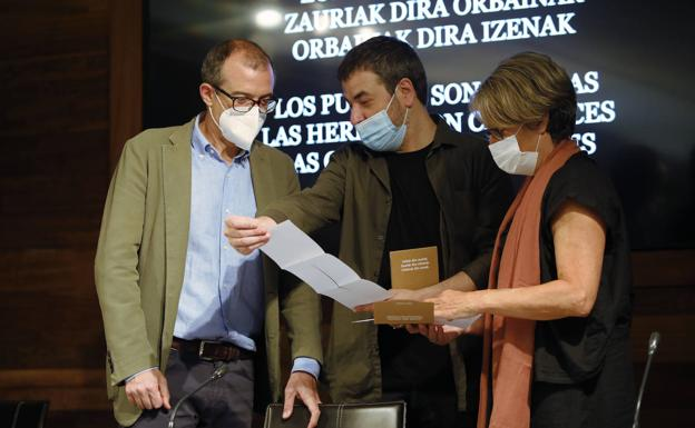 Xabier Erkizia, flanked by Patrick Alfaya and Susana Soto, at this Tuesday's presentation held in Donostia.