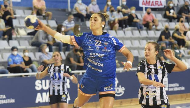 Emma Boada, key player of the match, in an attack yesterday afternoon at Gasca.