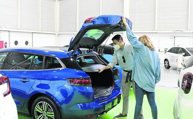 A couple is interested in a new vehicle during the Ekodrive fair, which took place the first weekend of this month.
