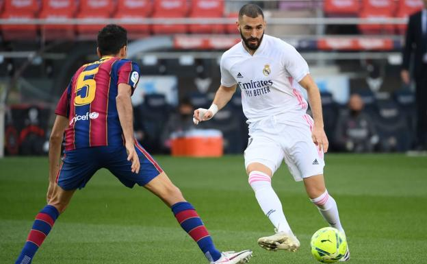 Benzema, in an action against Busquets during the classic at Camp Nou last season.