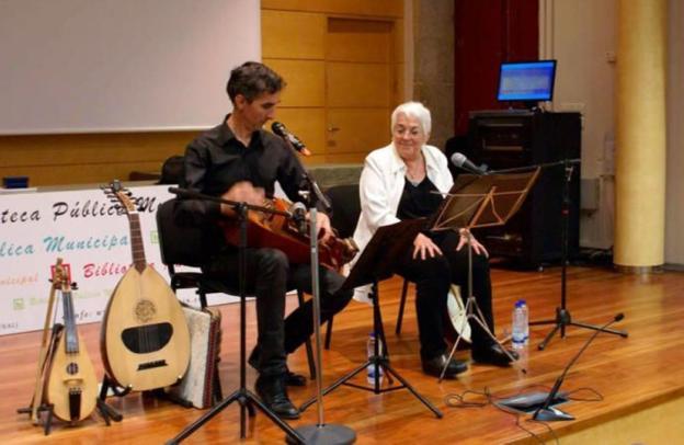 Emilio Arias y Toti Martínez de Lezea durante una de las sesiones de música y palabras sobre el Camino de Santiago. /