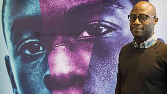 Barry Jenkins, junto a un cartel de 'Moonlight'./