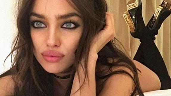 Red Selfie En Diario Con DesnudaEl Shayk La Un Revoluciona Irina BedWQoCrx